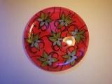 Assiette peinte lys fond rouge